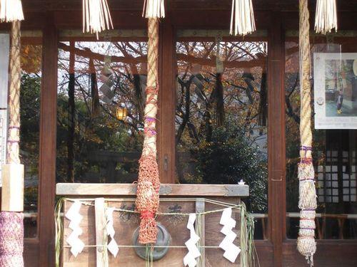 新小岩厄除香取神社の拝殿に映る紅葉