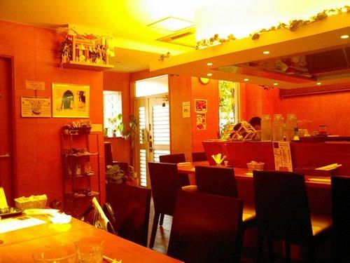 ヘルシーな家庭料理とインド風カレーの店「ヴィオレッタ」店内
